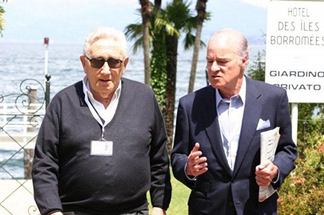 Henry Kissinger (L), ein US-amerikanischer Politikwissenschaftler und ehemaliger Politiker der Republikanischen Partei und der amerikanische Geschäftsmann Henry Kravis (R) auf einem Bilderberg-Treffen. Foto: Daniel Estulin