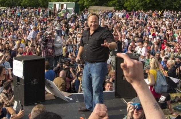 """Alex Jones, Herausgeber von """"Infowars"""", spricht vor 2,000 Demonstranten während des Bilderberg-Treffen in 2013 in England."""
