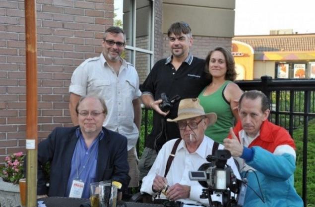 Erste Reihe von links nach rechts: Mark Anderson, Jim Tucker, Jeffery Smith; zweite Reihe von links nach rechts: Bregan Fuller, Josh Harvey, Kyme Rathke im Juni 2012.