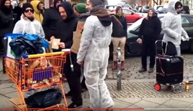 Eine Veranstaltung aus der Vergangenheit: So sieht es aus, wenn linke Aktivisten vor der Rigaer Straße 94 protestieren. Foto: YouTube-Screenshot Berliner Morgenpost