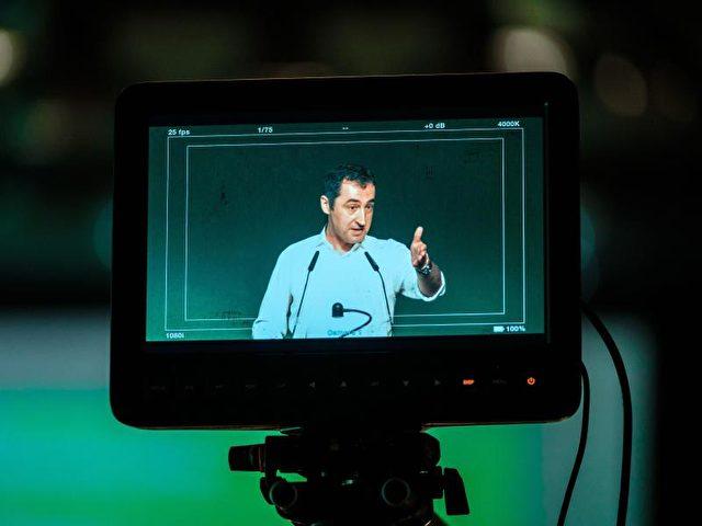 Auf einem Monitor ist der Bundesvorsitzende des Bündnis 90/Die Grünen, Cem Özdemir, zu sehen. Foto: Peter Steffen/Archiv/dpa