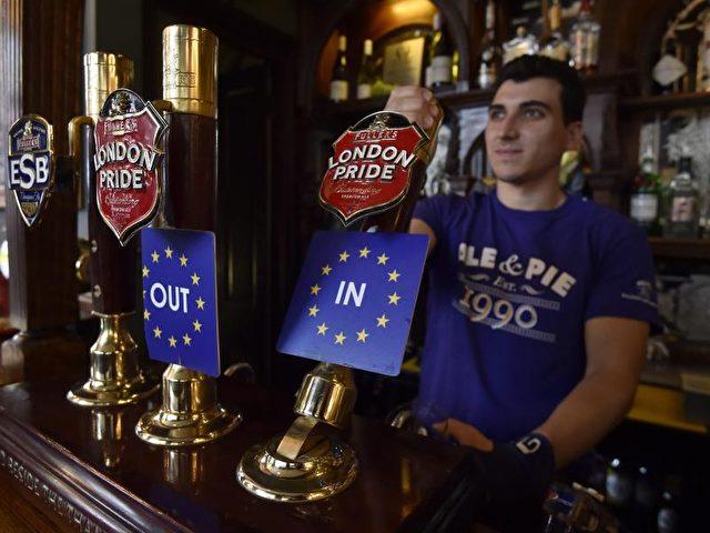"""""""Out"""" oder """"In»"""" und schmeckt am Ende doch gleich. Ob ein Brexit auch so folgenlos werden würde, darf bezweifelt werden. Foto:Hannah Mckay/dpa"""