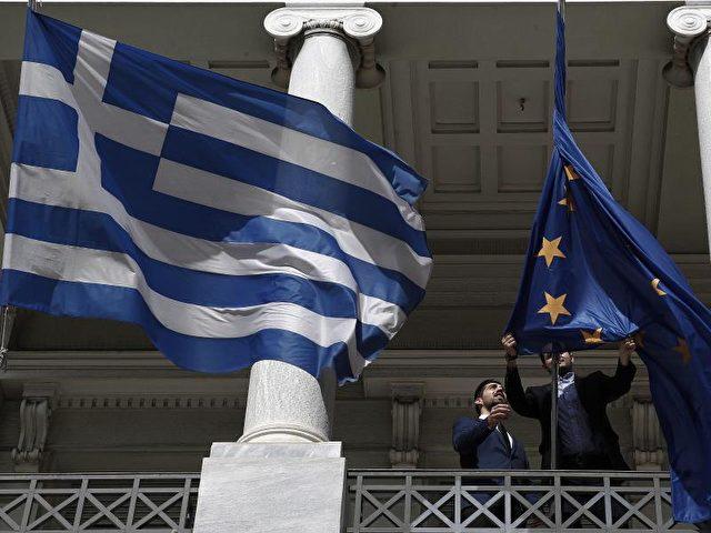 Griechische und EU-Fahne am Außenministerium in Athen. Die EZB akzeptiert wieder griechische Staatsanleihen als Sicherheit. Foto: Alexandros Vlachos/dpa
