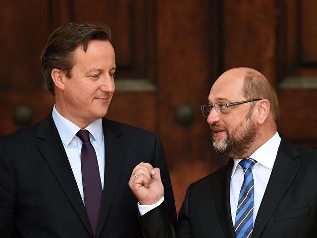 EU-Parlamentspräsident Martin Schulz (r.) im Gespräch mit dem britischen Premer David Cameron. Foto:Andy Rain/Archiv/dpa