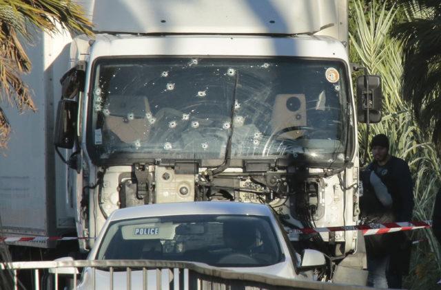 """15. Juli: Der LKW mit wird nach dem Anschlag am Tatort """"Promenade des Anglais"""" untersucht. Foto:  Patrick Aventurier/Getty Images"""