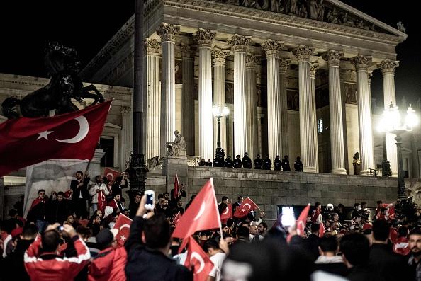 Erdogan-Anhänger protestieren vor dem österreichischen Parlament in Wien gegen dem Militärputsch in der Türkei Foto: Christopher Glanzl/AFP/Getty Images/ept