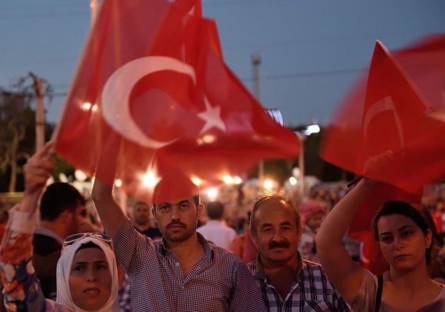 Menschen bei einer Demonstration für Erdogan in Istanbul. Auch in Deutschland und Österreich gingen wegen des Putschversuchs Tausende auf die Straße. Foto: DANIEL MIHAILESCU/AFP/Getty Images