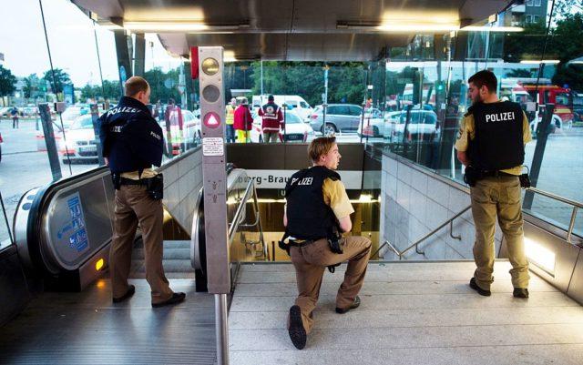 Polizei im Einsatz in der Nähe von Münchener Olympia-Einkaufzentrum. Foto: LUKAS SCHULZE/AFP/Getty Images)