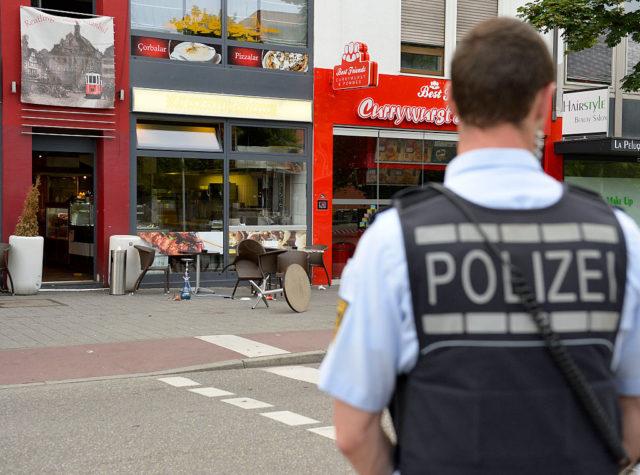 Polizist vor dem Imbiss in Reutlingen, wo sich das Blutbad abgespielt haben soll. Foto: THOMAS KIENZLE/AFP/Getty Images