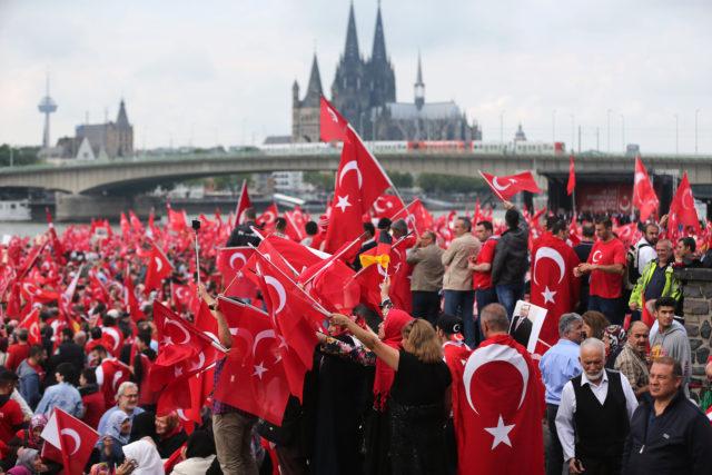 Pro-Erdogan auf der deutzer Werft in Köln. Foto: OLIVER BERG/AFP/Getty Images)