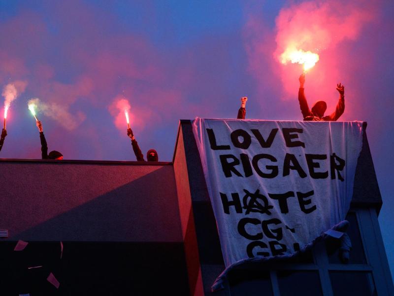Rigaer 94-Prozess: Anwalt mit brennendem Auto eingeschüchtert – Versäumnisurteil wegen Abwesenheit