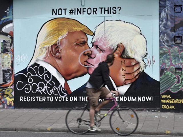 Leidenschaft:Donald Trump und Boris Johnson, nicht nur durch wunderliche Frisuren vereint, auf einem Graffiti in der englischen Stadt Bristol. Foto:Neil Munns/Archiv/dpa