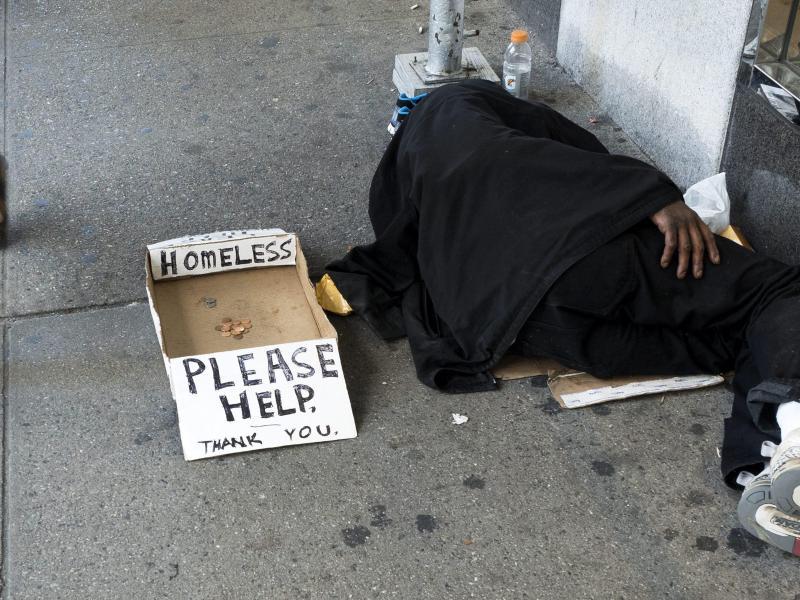 Mitgefühl für Alle – Polizist wäscht Füße eines blinden Obdachlosen