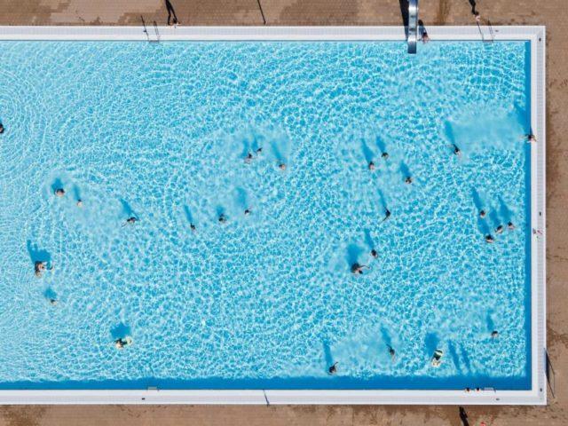 Schwimmbad Foto: Julian Stratenschulte/dpa