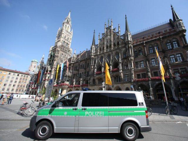 Ein Polizeifahrzeug steht vor dem Rathaus am Marienplatz in München. Foto: Daniel Karmann/dpa