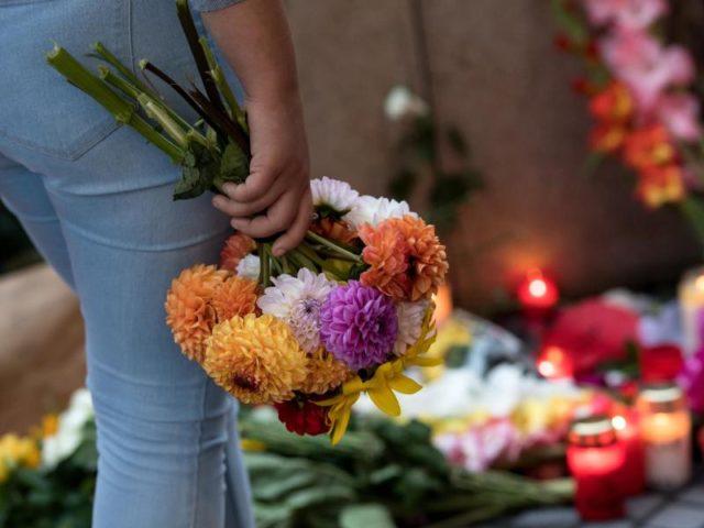 Blumen und Kerzen erinnern vor dem Olympia-Einkaufszentrums (OEZ) in München an die Opfer. Foto: Sven Hoppe/dpa