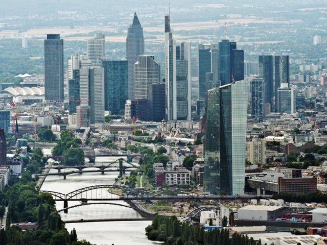 Bankenviertel in Frankfurt am Main: Europas Bankenaufseher haben erneut mögliche Altlasten oder Kapitallöcher in den Bilanzen der Kreditinstitute gesucht. Foto: Boris Roessler/Archiv/dpa