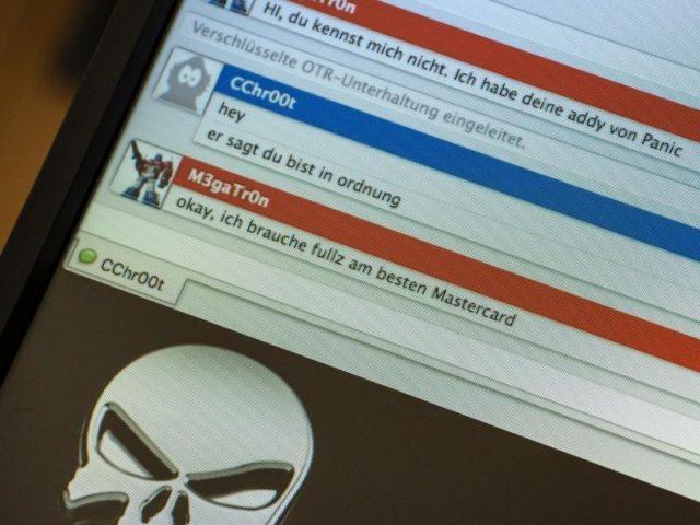 Polizisten des BKA simulieren einen Darknet-Chat zum Kauf von gestohlenen Kreditkarten-Daten. Foto: Boris Roessler/dpa