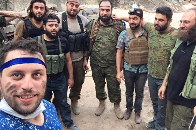 """Der Fotograf des """"Jungen aus Aleppo"""" mit """"moderaten"""" Rebellen, die einem palästinenser Kind den Kopf abgeschnitten haben. Foto: Facebook/Screenshot"""