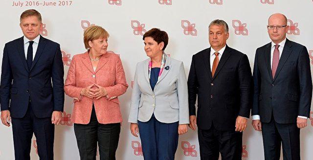 (Links nach Rechts) Der slowakische Premier Robert Fico, Bundeskanzlerin Angela Merkel, die polnische Premierministerin Beata Szydlo, Ungarns Premier Viktor Orban und der tschechische Premier Sobotka auf einem Ministertreffen der Visegrad-Gruppe am 26. August in Warschau Polen. Foto: JANEK SKARZYNSKI/AFP/Getty Images