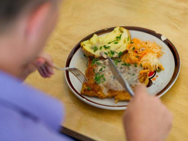 Gesund:Ein vegetarisches Mittagsgericht, bestehend aus einem Soja-Schnitzel, Gemüse und einer Ofenkartoffel. Foto: Uwe Anspach/Archiv/dpa