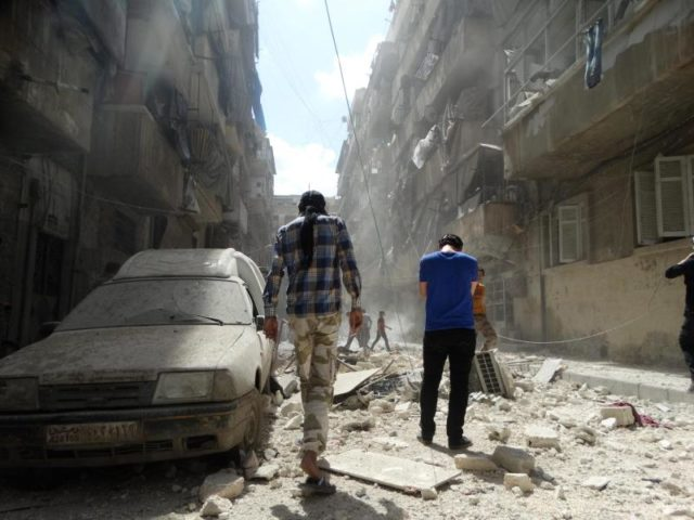 Zivilisten laufen durch eine zerstörte Straße in Aleppo. Der Krieg in Syrien wird nach Angaben von Unicef mit immer größerer Brutalität geführt. Foto: Zouhir Al Shimale/Archiv/dpa