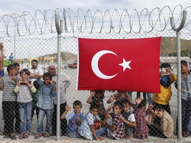 Flüchtlinge stehen hinter einem Zaun im Flüchtlingslager der türkischen Stadt Gaziantep. Foto: Sedat Suna/Archiv/dpa