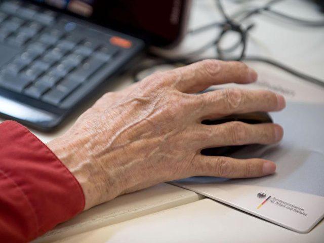 Ein Senior sitzt inBerlin an einem Computer. Das Renteneintrittsalter rückt weiter nach hinten. Foto: Tim Brakemeier/dpa