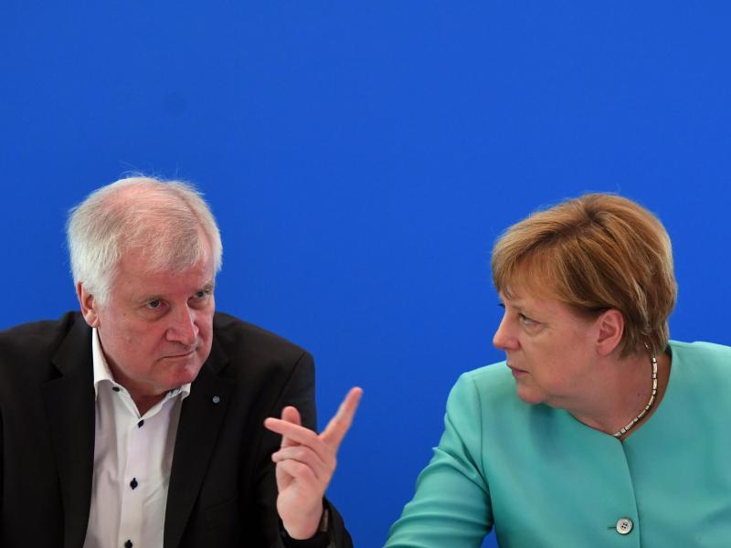 Seehofer: Selten dämliche Diskussion um Merkel-Kandidatur
