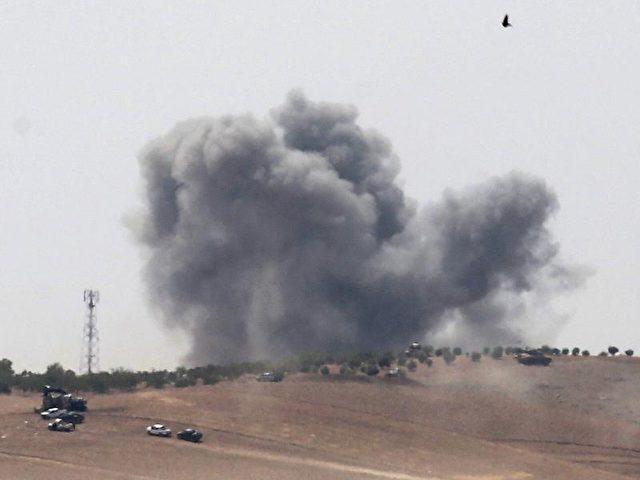 Während eines Militäreinsatzes in Syrien steigt die Rauchwolke einer Explosion auf. Foto: Sedat Suna/Symbolbild/dpa