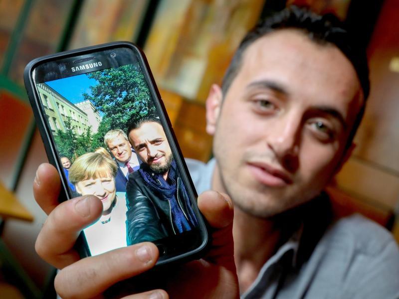 """Bei """"Mama Merkel"""" in Sicherheit: Ein Flüchtling, ein Selfie und die Wirklichkeit"""