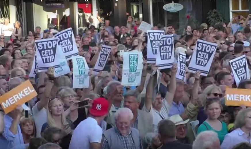 """VIDEO: """"Merkel muss weg""""-Rufer stören Auftritt der Kanzlerin in Celle"""