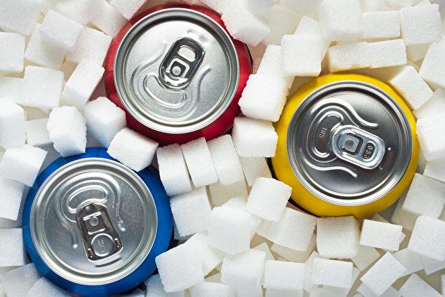Verbraucherorganisation foodwatch: Der Zusammenhang zwischen dem Konsum zuckergesüßter Getränke und Adipositas, Diabetes und anderen Krankheiten ist klar belegt Foto: fotolia.com/softdrinks