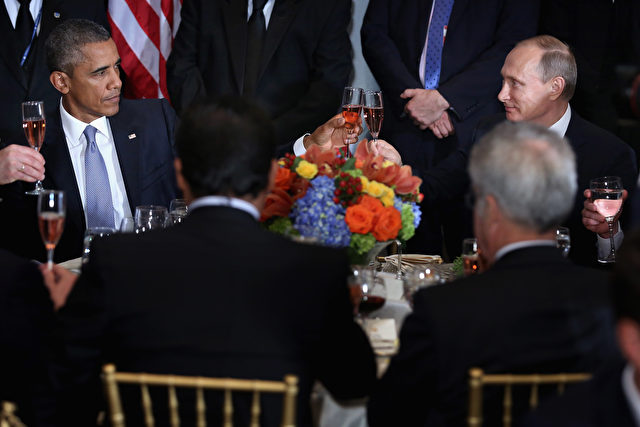 NEW YORK, NY - SEPTEMBER 28:  (AFP OUT) U.S. President Barack Obama (L) and Russian President Valdimir Putin toast during a luncheon hosted by United Nations Secretary-General Ban Ki-moon during the 70th annual UN General Assembly at the UN headquarters September 28, 2015 in New York City. Obama held a bilateral meeting with Indian Prime Minister Narendra Modi and with have a face-to-face meeting with Putin later in the day.  (Photo by Chip Somodevilla/Getty Images)