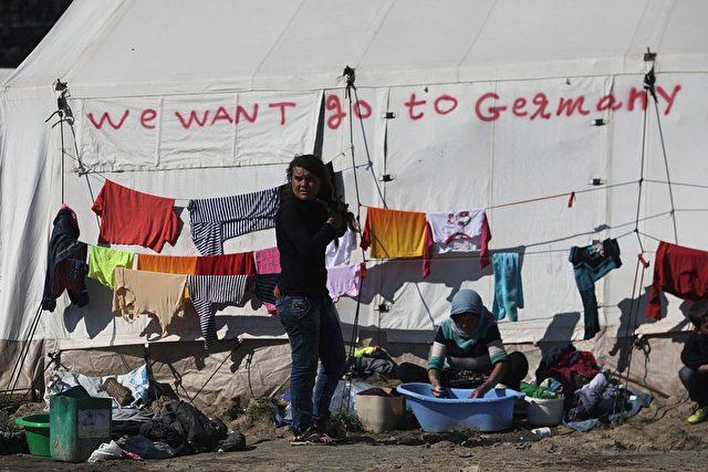 """Migranten in Griechenland fordern """"Wir wollen nach Deutschland"""". Foto: SAKIS MITROLIDIS/AFP/Getty Images)"""