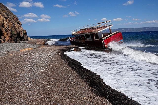 Verlassenes Flüchtlingsboot auf der griechischen Insel Lesvos Foto: Milos Bicanski/Getty Images