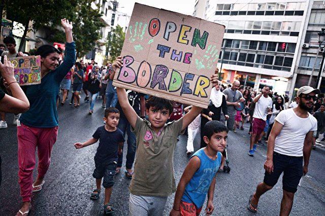 Tausende Migranten und Flüchtlinge warten in Griechenland auf die Weiterreise nach Nordeuropa. Foto: LOUISA GOULIAMAKI/AFP/Getty Images