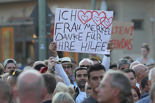 Flüchtlinge bedanken sich bei Kanzlerin Merkel. Foto: Sean Gallup/Getty Images