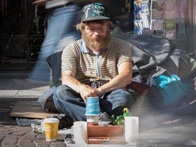 """Der als """"Eisenbahn-Reiner"""" in der Obdachlosen-Szene bekannte Reiner Schaad sitzt auf seinem Stammplatz der Frankfurter City. Normalerweise gehört eine Spielzeugeisenbahn zur Grundausstattung des 45-jährigen. Die wurde jetzt vom Ordnungsamt beschlagnahmt, was in der Stadt und den sozialen Netzwerken für Aufruhr sorgte. Foto: Boris Roessler/dpa"""