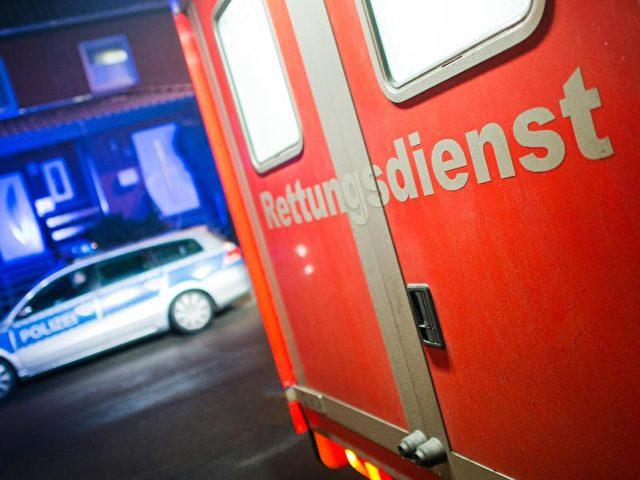 Immer öfter werden Rettungssanitäter, Notärzte und Feuerwehrleute attackiert. Foto: Julian Stratenschulte/Symbolbild/dpa