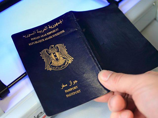 Syrischer Pass bei der Prüfung mit einem speziellen Ausweisprüfgerät. Seit März wurden beim BAMF über 50 000 Dokumente überprüft und 3300 gefälschte Pässe entdeckt. Foto: Jens Wolf/dpa