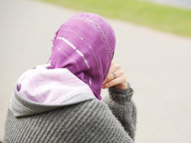 Bewerberinnen mit einem türkischen Namen oder einem Kopftuch haben einer Studie zufolge schlechtere Chancen auf eine offene Stelle. Foto: Wolfram Steinberg/Symbol/dpa