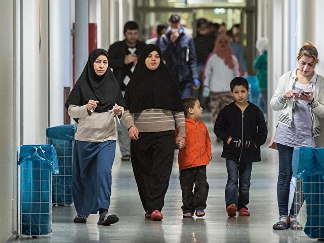 Frauen und Kinder in einer Flüchtlingsunterkunft. Foto: Boris Roessler/Archiv/dpa