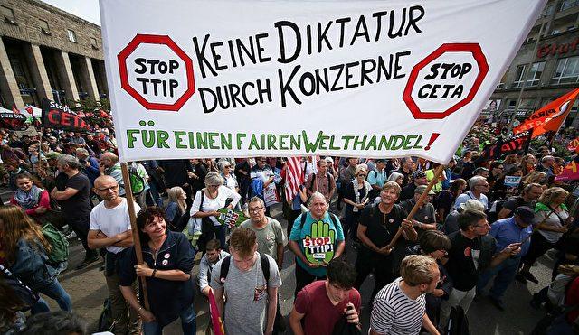 Hunderttausende demonstrieren gegen TTIP und CETA 2016. Foto: SILAS STEIN/AFP/Getty Images