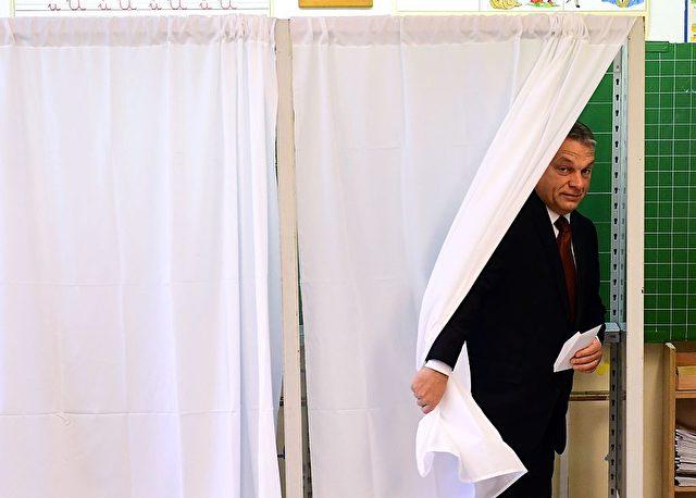 Ungarns Premier Viktor Orban in einer Wahlkabine zum Flüchtlingsreferendum am 2. Oktober in Budapest. Foto: ATTILA KISBENEDEK/AFP/Getty Images
