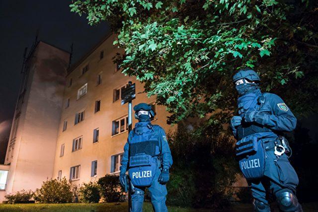 Die Polizei in Chemnitz vor der Wohnung des terrorverdächtigen Syrer Jaber Albakr. Foto: JENS-ULRICH KOCH/AFP/Getty Images