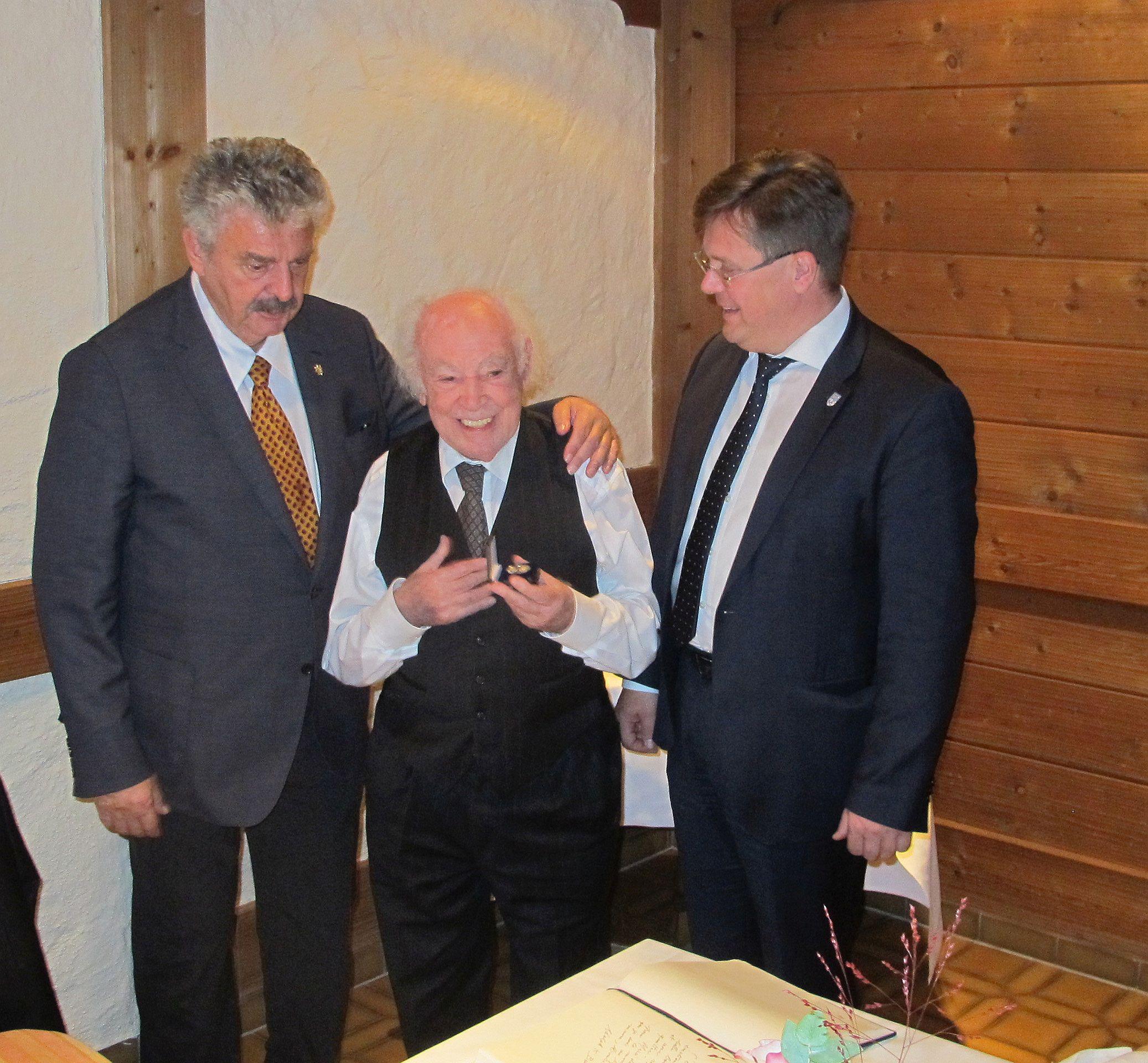 Bernd Weikl, Adolph K. Böhm und der 1. Bürgermeister Joachim Haller im Museum in Bodenmais Foto: Roland R. Ropers