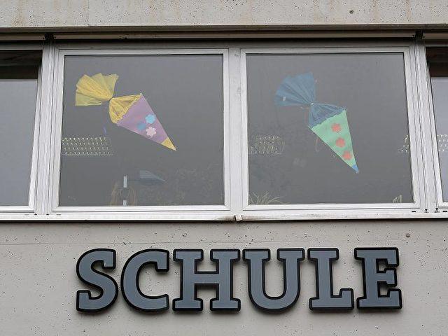 Marode Gebäude, undichte Dächer, schlechte Ausstattung für die Schüler. Der Investitionsbedarf an Schulen ist groß. Foto: Oliver Berg/Archiv/dpa