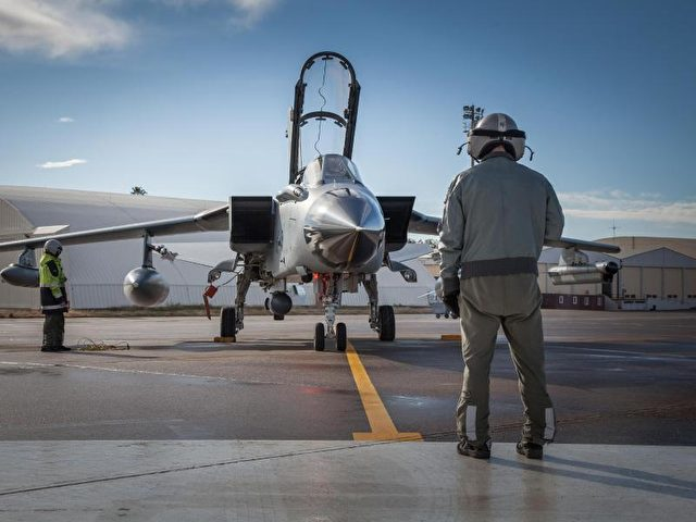 Ein Pilot und ein Techniker arbeiten im Rahmen des Einsatzes Counter DAESH in Incirlik (Türkei) an einem Recce-Tornado der Luftwaffe der Bundeswehr. Foto: Bundeswehr/Falk Bärwald/Archiv/dpa