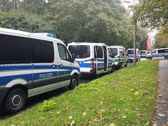 Polizeiwagen während des Einsatzes im sächsischen Chemnitz. Foto:Bernd März/dpa